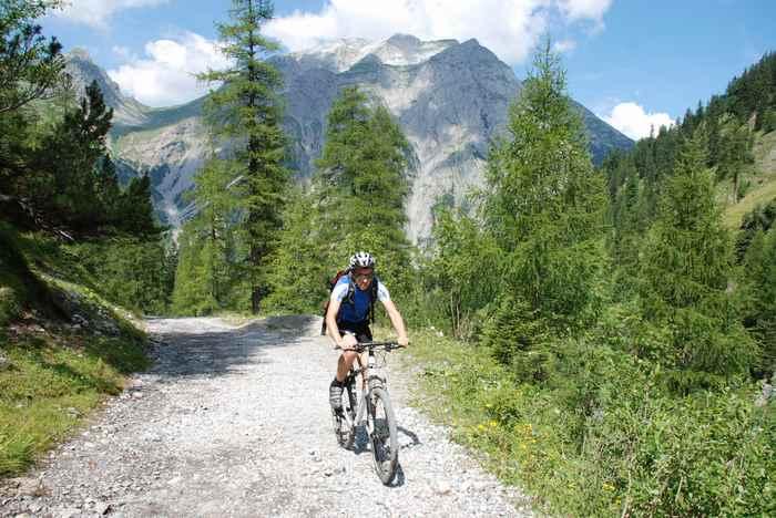 Vom Ahornboden im Karwendel mountainbiken zur Binsalm - bei toller Bergkulisse