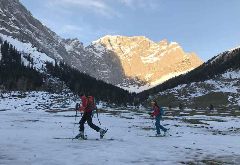 Für die Skitour auf den Hochglück heisst es früh aufstehen...