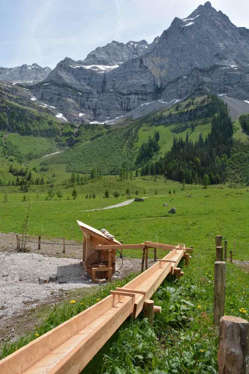 Der Wasserspielplatz bei der Engalm vor der mächtigen Spritzkarspitze
