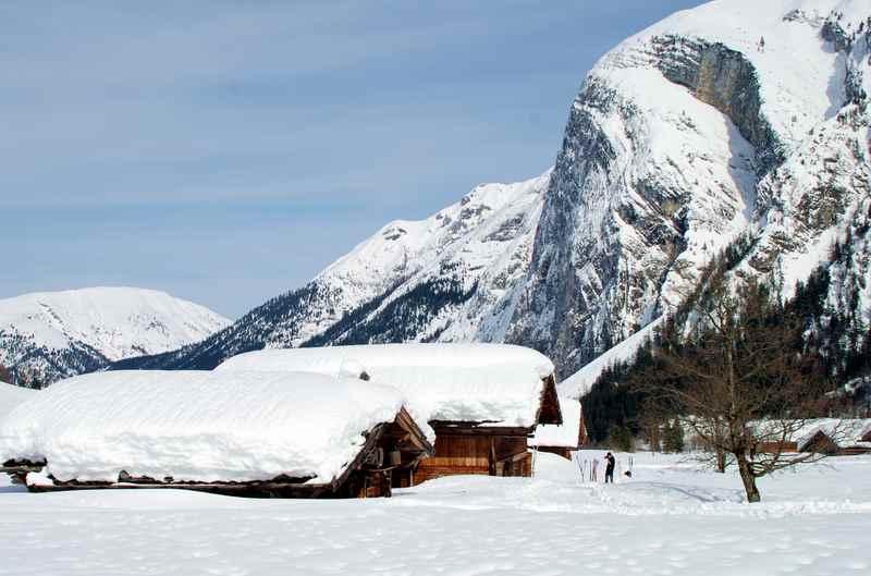 Meterhoch liegt der Schnee im Winter - gut zu sehen an den Hütten der Engalm. Gering ist der Abstand zwischen Dach und Ahornboden.