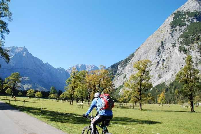 Durch den schönen großen Ahornboden per Fahrrad auf dem Weg zur Engalm