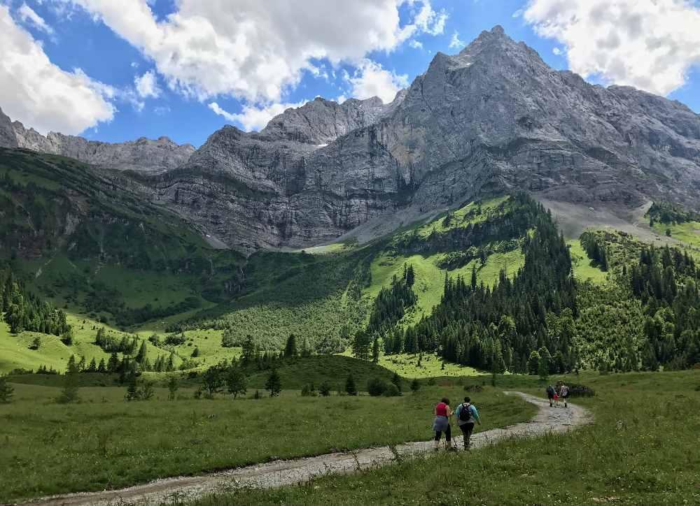 So schön ist das Panorama im Karwendel beim Wandern vom Ahornboden in den Enger Grund