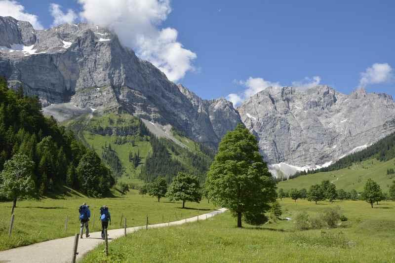 Der Weg über den Ahornboden zur Engalm, hinten die Spitzen des Karwendels