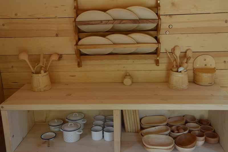 Sogar Tassen und Holzspielzeug gibt es zum Spielen in der Küche der Almhütte