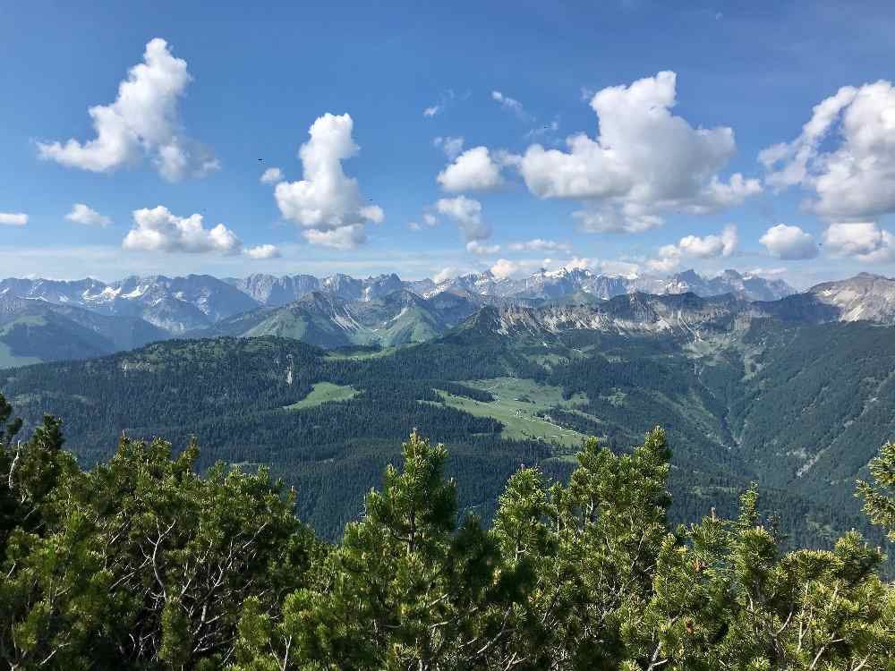 Blick auf die Karwendel Berge mit den bekanntesten Gipfeln