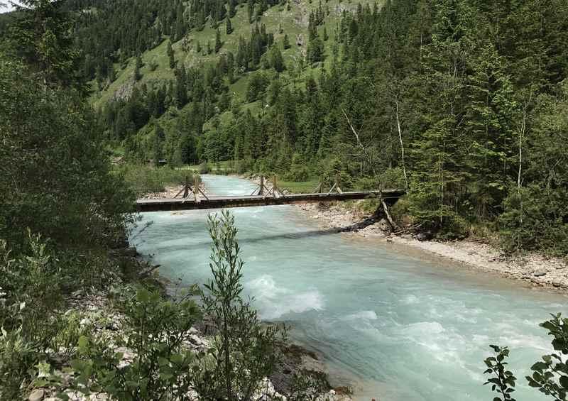 Vor der Kaiserhütte wandern wir auf der Brücke über den Rißbach
