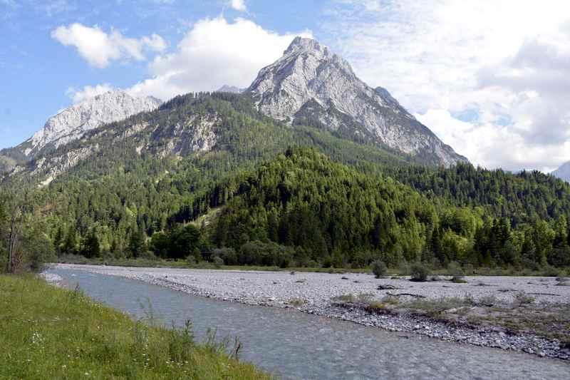 Wilde Flußlandschaft beim Eingang ins Johannistal im Karwendel