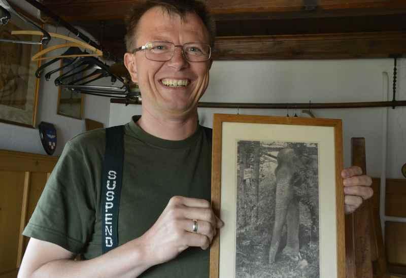 Michael Bubeck zeigt das Bild mit dem Elefanten, der zur Tölzer Hütte wollte