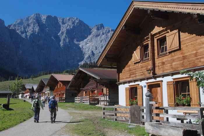 Ausflug Alpen: Ein kleiner Spaziergang am Ahornboden durch die Hütten der Engalm