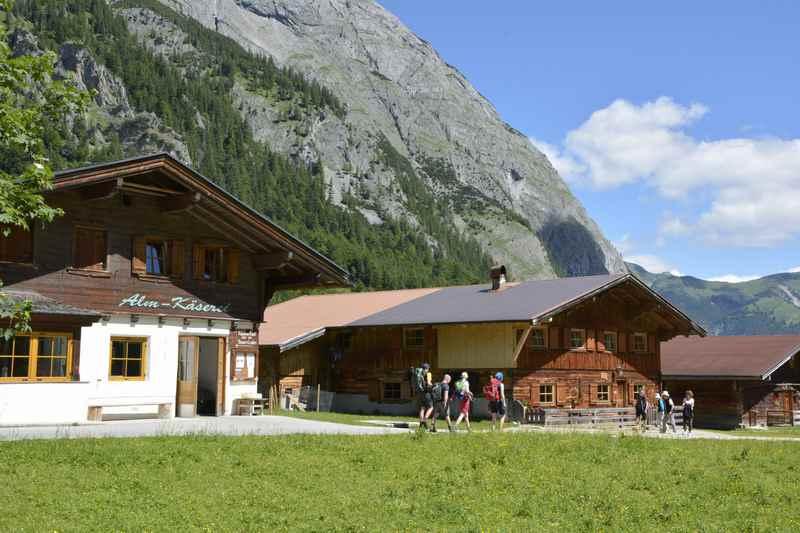 Durch die Engalm wandern am Ende der Karwendeltour in Tirol