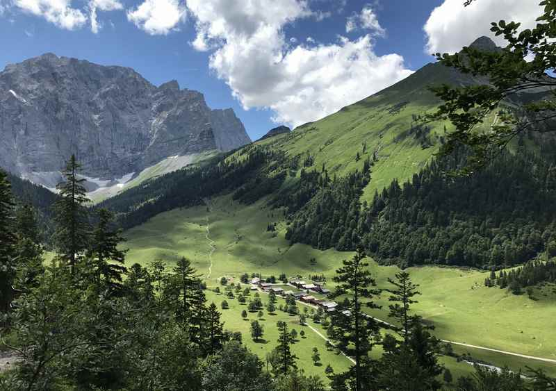 Lamsenjochhütte Wanderung: Der Blick von oben auf die Engalm, was für ein Panorama!