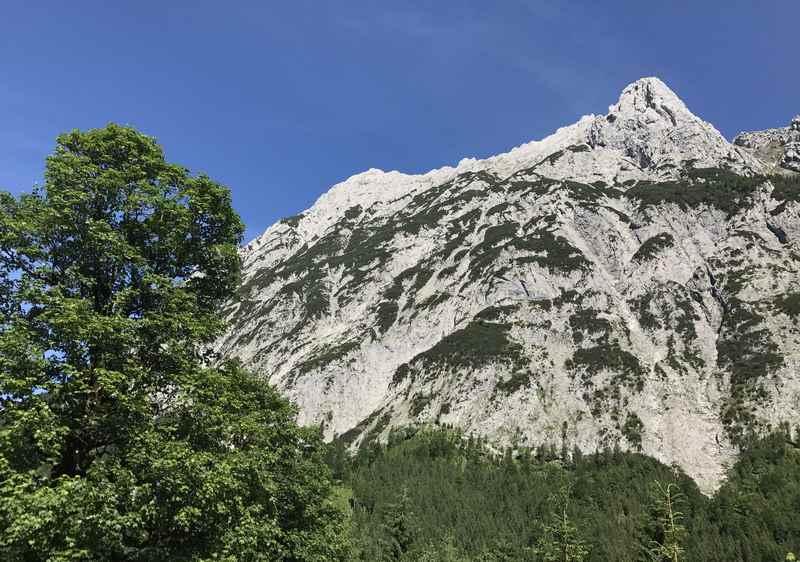 Vom Wanderweg im Johannestal ist die Falkengruppe zu sehen