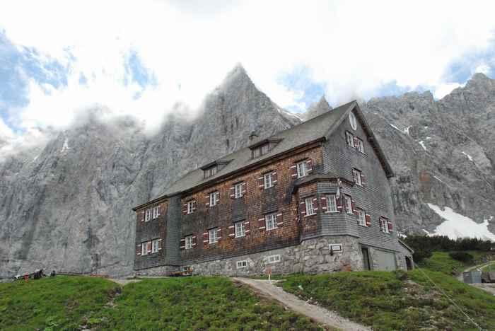 Die Falkenhütte im Gebiet Hinterriss Eng im Karwendel zwischen den Ahornböden