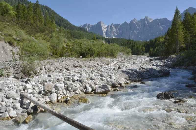 Im Tal der Johannesbach, hinten die Spitzen der Laliderer im Karwendel