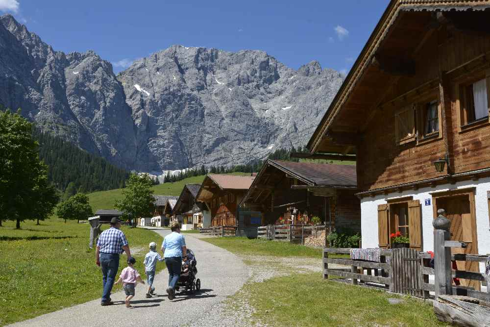 Frühling Alpen in den Bergen - zur Engalm am Großen Ahornboden