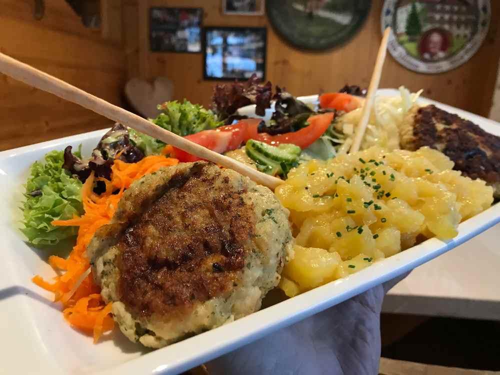 Frühlingsessen im Gasthof zur Post in Hinterriß: Die hausgemachten Bärlauch-Pressknödel mit Salat