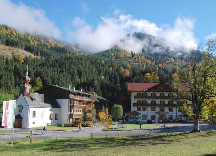 Traditioneller Gasthof zur Post in Hinterriß mit Kinderspielplatz im Karwendel