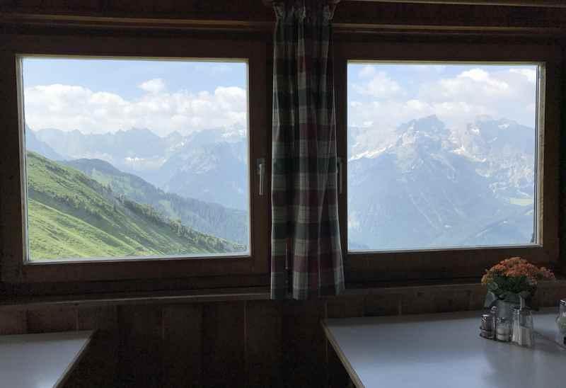 Der Ausblick auf das Karwendel aus der Gaststube der Tölzer Hütte