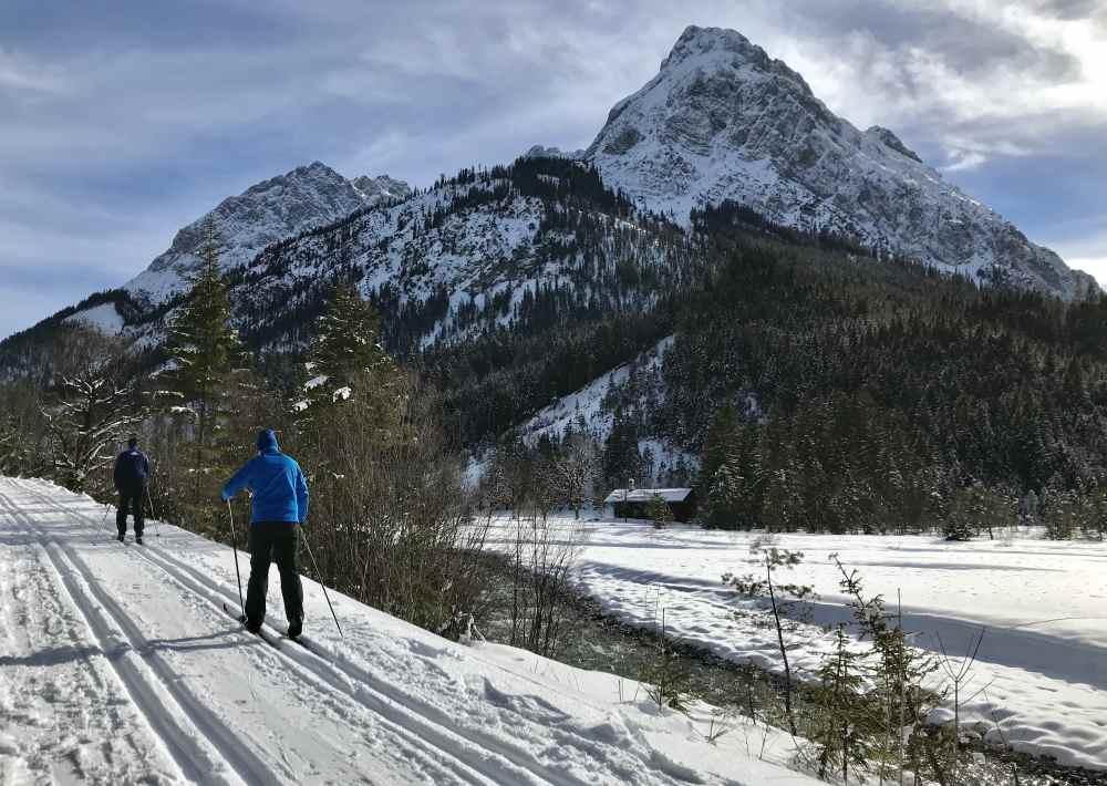 Von Hinterriß schlängelt sich die Langlaufloipe am Rißbach entlang - mit dieser tollen Bergkulisse