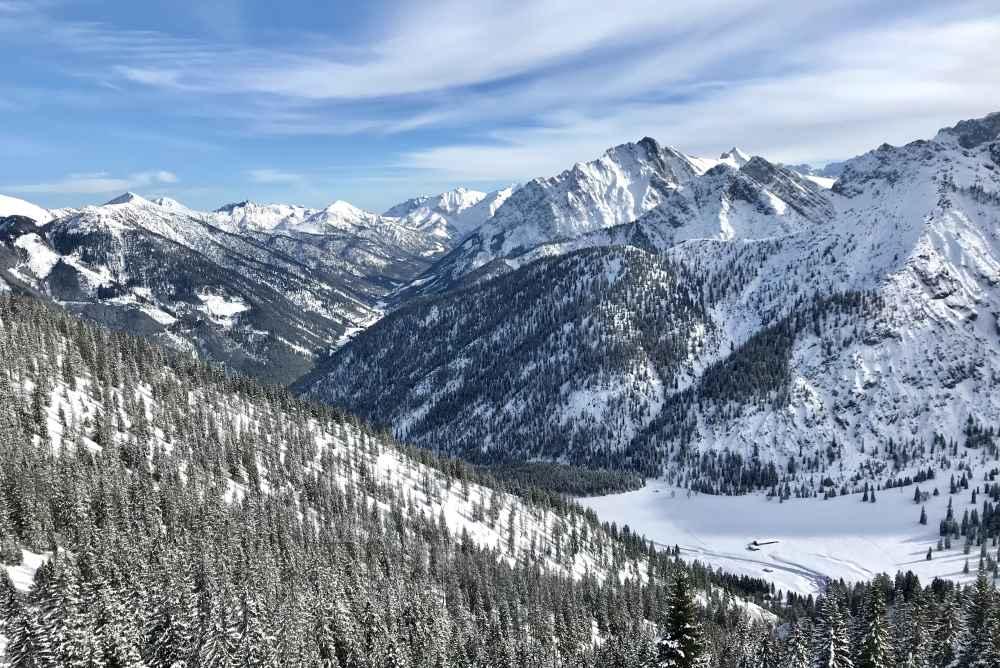 Bei der Skitour in Hinterriß gibt es diesen Ausblick am Hochalplkopf über das Karwendel