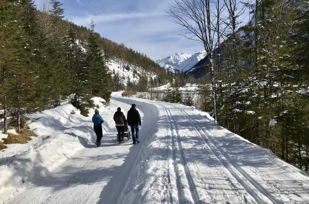 Links die geräumte Straße zum Winterwandern, rechts die Karwendelloipe in die Eng