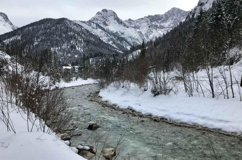 Am Rißbach entlang mache ich die Winterwanderung mit dem Rodel im Karwendel