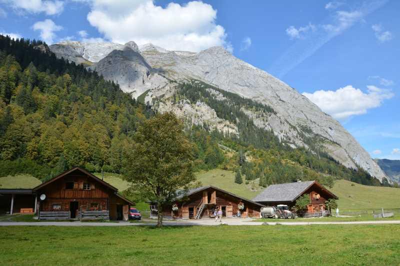 In den Holzhütten der Engalm wohnen die Bauern im Sommer auf der Alm mit ihrem Vieh