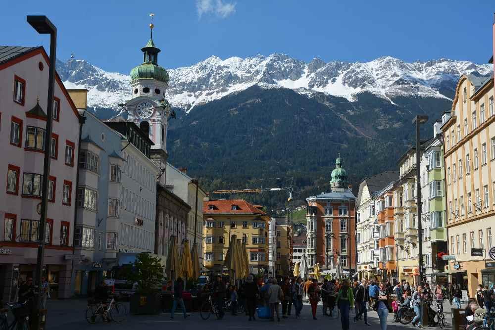 Das Karwendel von Süden gesehen mit der Altstadt Innsbruck - tolle Innsbruck Sehenswürdigkeiten warten auf dich!