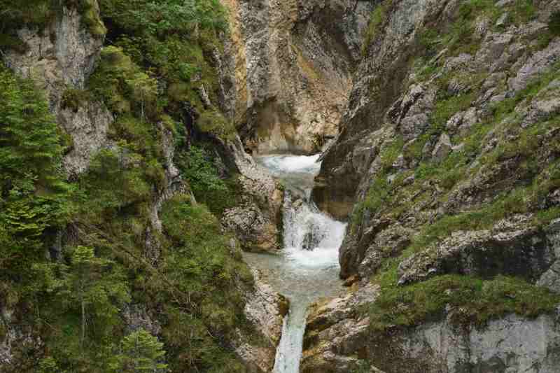 Blick vom Jungfernsprung auf en Wasserfall in der Tortal Klamm im Karwendel