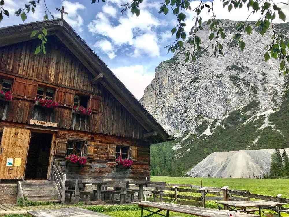 Almen und Hütten prägen die Landschaft im Karwendelgebirge