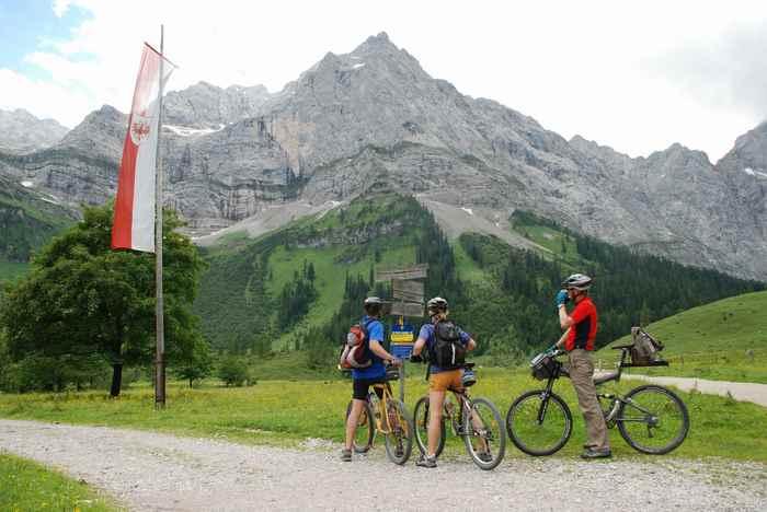 Mountainbiken im Karwendel - in der Eng bei der Engalm die Beschilderung checken
