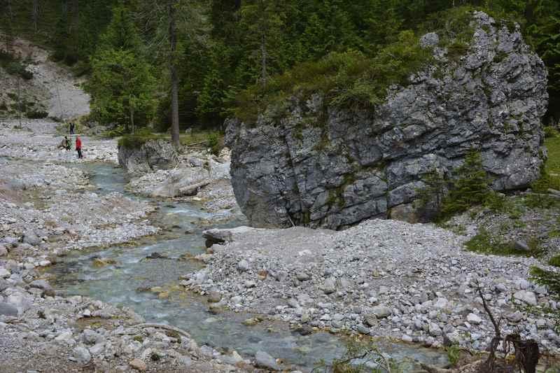 Auf dem Weg zur Tortalalm gibt es große Felsen zu bewundern