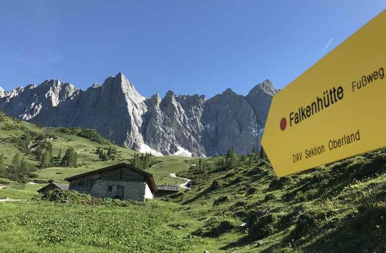 Die Ladizalm im Karwendel, auf dem Weg zur Falkenhütte. Hinten links die Herzogkante