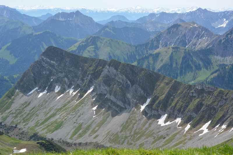 Vom 2101 Meter hohen Scharfreiter reihen sich die Gipfel auf