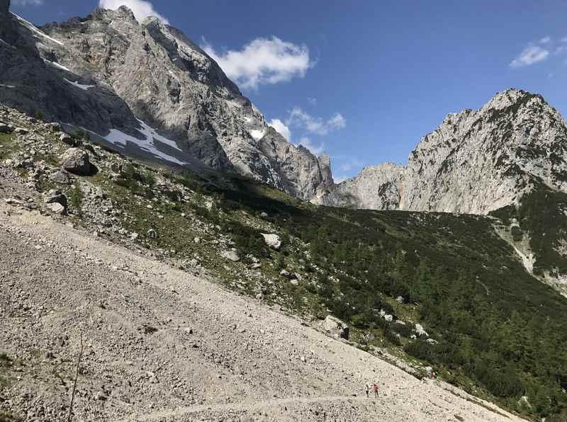 Der Anstieg über die Schotterfelder zur 1815 Meter hohen Torscharte - großes Geröllfeld mit kleinen Wanderern
