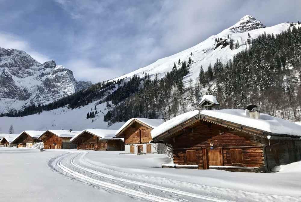 Auf der Karwendelloipe kommst du im Winter von Hinterriss mit Langlaufski zu diesen schönen Hütten