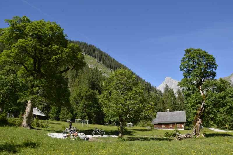 Der kleine Ahornboden ist Zwischenstation auf der Karwendeltour, der beliebten Hüttenwanderung in Tirol