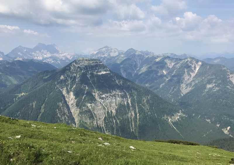 Auf der anderen Seite geht es hinein in das Karwendel, die schroffen Spitzen sind schon zu sehen. In den nächsten Tagen der Karwendeltour gibt es noch mehr davon.