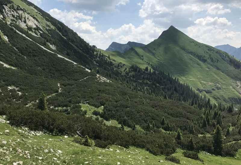Durch diese schöne Landschaft führt der Höhenweg hinüber zur Tölzer Hütte
