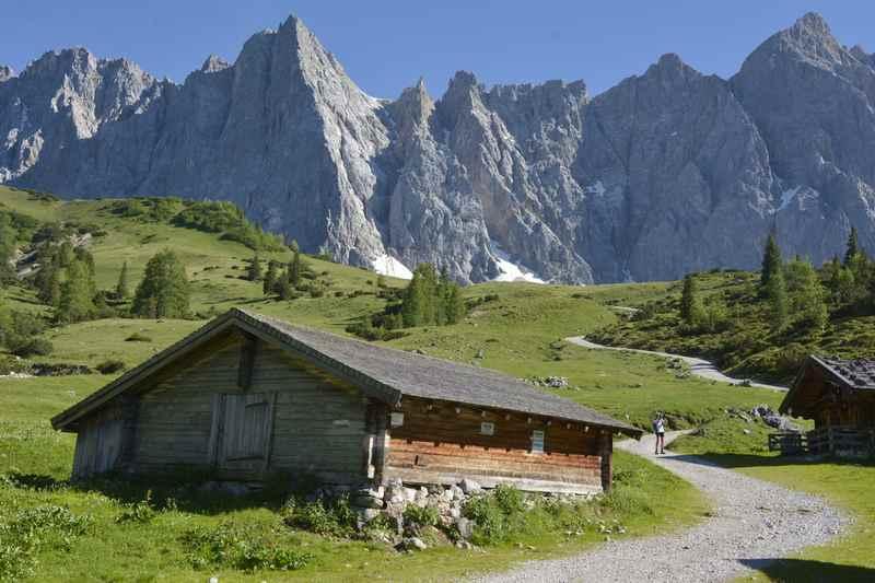 Bei der Ladizalm mountainbiken in Hinterriß, links die Herzogkannte - das Matterhorn im Karwendel