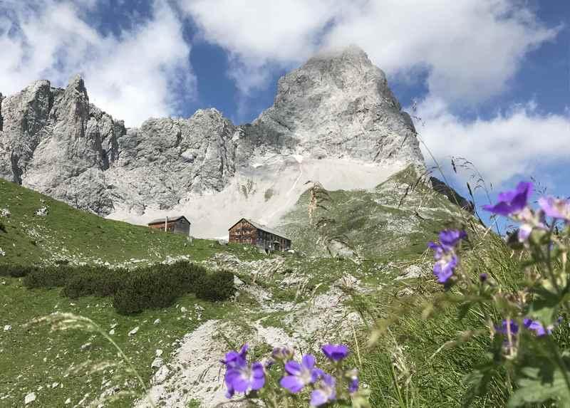 Die Lamsenjochhütte mit der Lamsenspitze - wunderschöne Lage in den Bergen