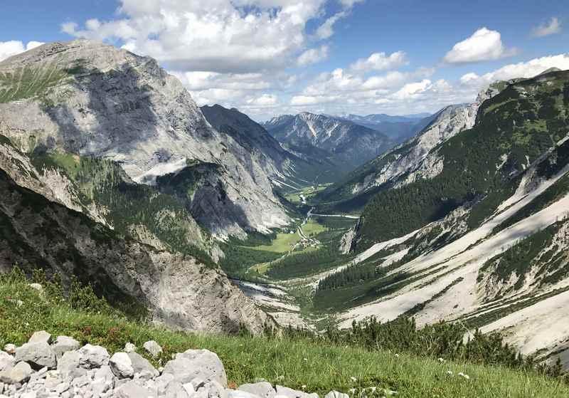 Das ist Blick hinunter zur Gramaialm ins Falzthurntal - ein Zustieg auf die Lamsenjochhütte