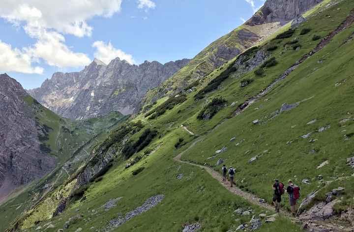 Auf diesem Wanderweg kommen die Wanderer aus der Eng und dem Ahornboden auf die Lamsenjochhütte