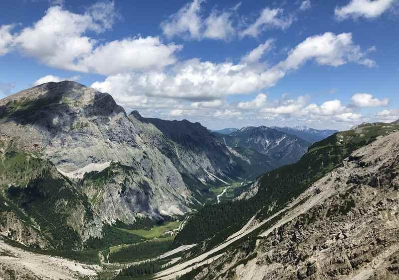 Der Blick hinunter zur Gramaialm - von hier führt auch ein Wanderweg zur Lamsenjochhütte