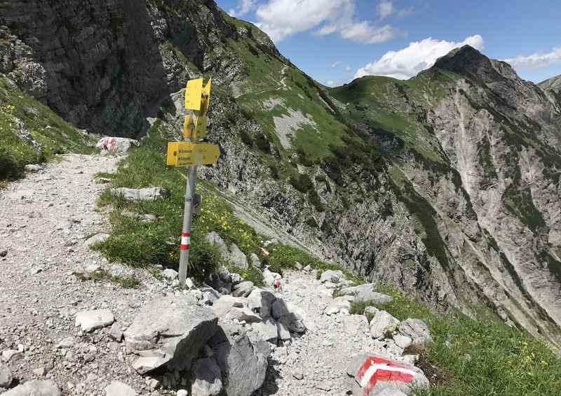 Links der Wanderweg in den Ahornboden, rechts der Wandersteig zur Gramaialm