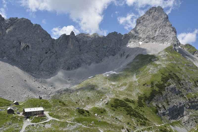 Der Blick von oben auf die Lamsenjochhütte und die Lamsenspitze