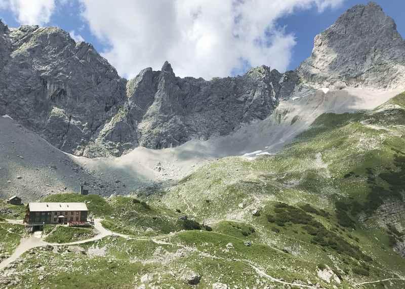 Das ist die Aussicht zur Lamsenjochhütte auf der Wanderung zum Schafjöchl