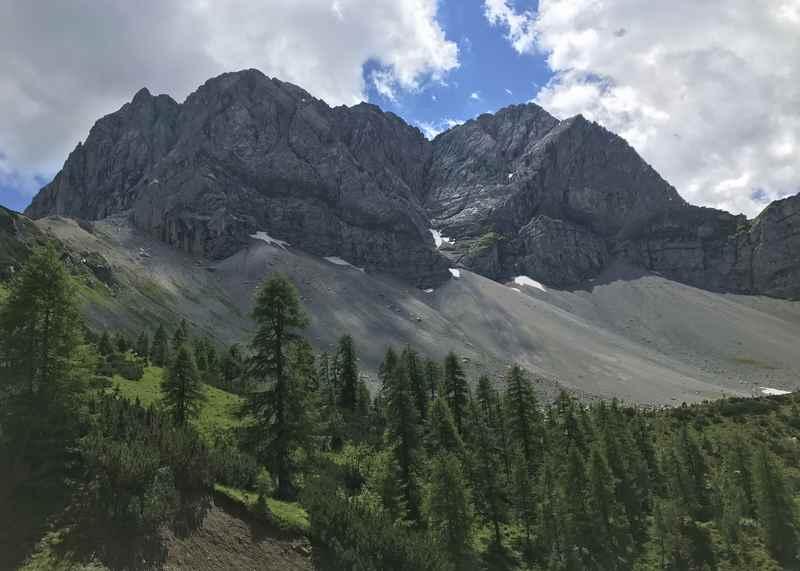 Beim Wandern zum Lamsenjoch zeigt sich die Lamsenspitze.