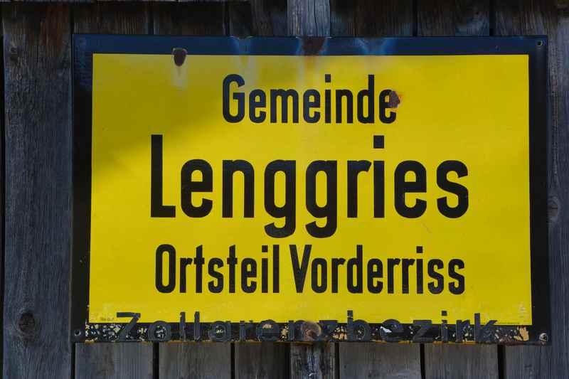 Und das Schild mit dem Hinweis auf den Zollgrenzbezirk prangert am Holzstadel in Richtung Maustrasse Wallgau