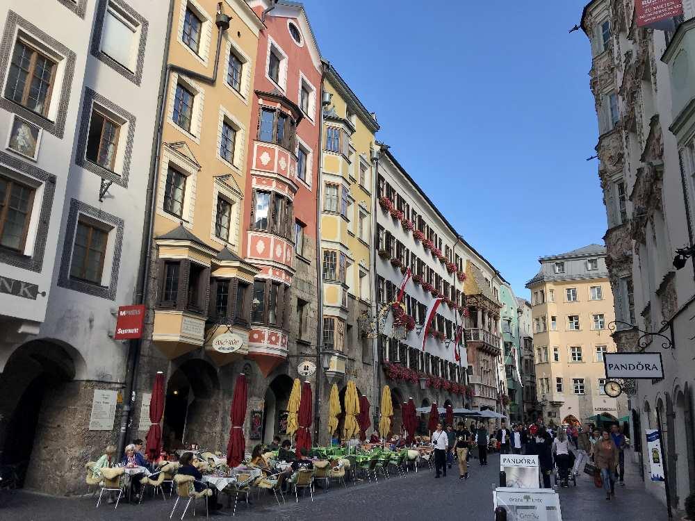 Kleine Orte und große Städte im Karwendel - hier Innsbruck mit der Altstadt